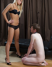Impeccable domme facesits slave, pic #4
